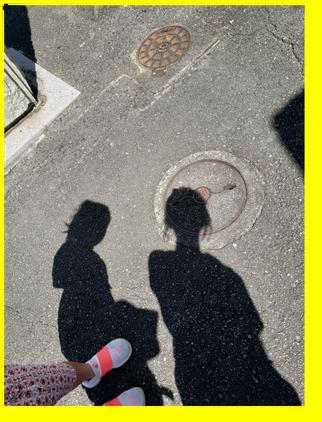 父方のお墓がある場所で。娘と私の影。