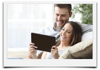 Bild mit Pärchen und iPad. Lächelnd. Vermittelt die Einfachheit unseres Angebotes im Bereich Website.