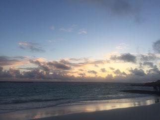 ハワイ貸切チャーター カイルアビーチの日の出 日の出前の海と空 日の出を前に雲の色が輝く