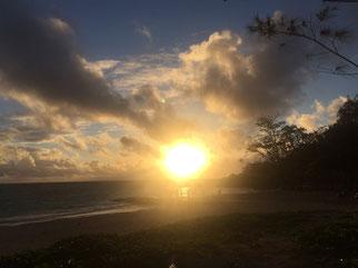 ハワイ貸切チャーター カイルアビーチの日の出 ビーチにオレンジに輝く太陽が出現