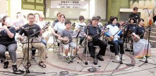 「はいさいFESTA」での沖縄音楽三線教室の合奏=2日午後、神奈川県川崎市