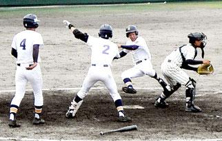 逆転のホームを踏む大浜雅史選手=市中央運動公園