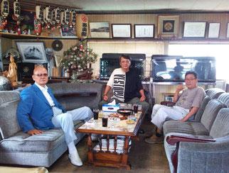 8月14日放映のNHKドキュメンタリー番組を収録中の西山俊一郎(右)を激励する盛力健児(左)と竹垣悟(中央)