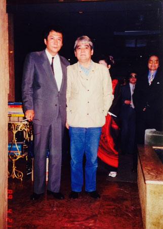 仁義なき戦いで知られる三代目共政会発足当時、理事長をしていた竹野博士と竹垣悟。右端は大日本平和会幹事長の藤本登。時はバブル期に湧く1989年4月21日。前日の4月20日に山口組緊急幹部会があり、竹中武が山口組を出る決意をした日だ。私は大日本平和会など、反山口組勢力との友好を図る為に動いていた。38歳の義竜会々長として売り出し中の頃だ。ジャンルを問わず写真は沢山ある。東映時代の習慣だったのだろう・・・この頃、竹野博士はプロダクションの社長で、女性歌手のキャンペーンを、私の嫁の店でする為に姫路に来たのだ。
