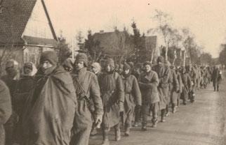 Sowjetische Kriegsgefangene auf dem Weg vom Bahnhof Bremervörde nach Sandbostel. Aus einer Fotoserie des Wachsoldaten Karl Ellerbrake, nicht datiert.