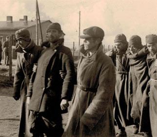 Sowjetische Kriegsgefangene bei der Ankunft im Stalag X B. Foto: Robert V., nicht datiert.