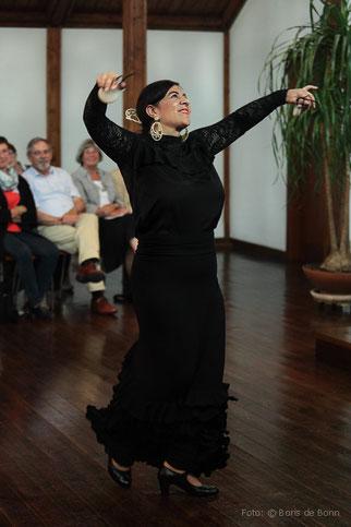 "Flamencotänzerin Rosa Martínez tanzt beim Flamencokonzert ""Feurige Momente"" am 30.06.2017 als Teil des Ensembles ""Alma Flamenca"" in der Evangelischen Kirche Königswinter-Oberpleis /Color-Foto by Boris de Bonn"