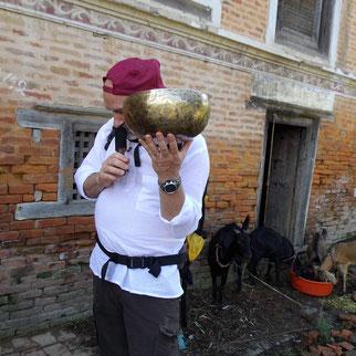 Alain Métraux essayant un bol tibétain au Népal