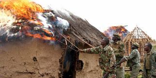 Una casa Ogiek incendiata dai funzionari governativi