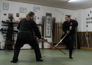 Zwei Buyu beim Training mit Stock (Bo) und Schwert (Katana). Bujinkan Budo Taijutsu, traditionelle Kampfkunst in Marl, Kampfsport, Stockkampf, Bojutsu, Schwertkampf, Kenjutsu