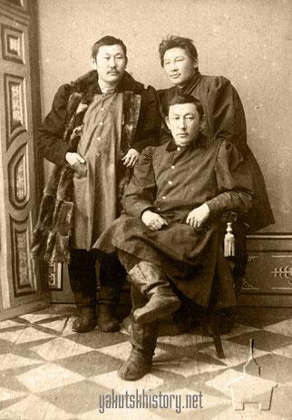 Федор Маркович Слепцов. Стоят: его брат Иван Маркович Слепцов и Иосаф Алексеевич Попов