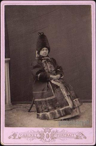 Супруга купца Астраханцева (урожд. Охлопкова) Елена Иосифовна в якутской национальной одежде. 1890-е гг
