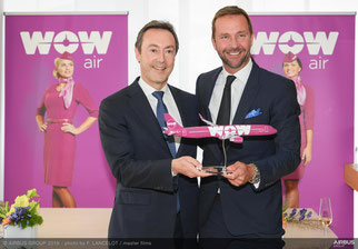 Airbus CEO Fabrice Brégier (standing left) and WOW founder Skúli Mogensen are happy with their deal over 4 A321 passenger jets ordered by WOW  -  picture Airbus