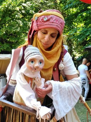 Animation de rue en déambulation: Echassier et sa marionnette Kayu qui propose en improvisation avec le public des enigmes ou devinettes - Fetes medievales
