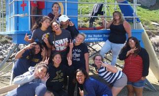金子さん(写真1列目中央部)、女子水球部のチームメイトと集合写真