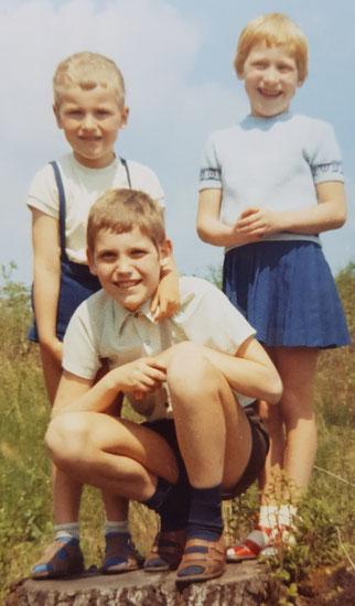 Thomas vorn mit Geschwistern