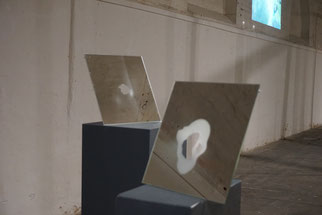 Hindurchspiegeln, 2017, zwei Objekte, Spiegel, 30 x30 cm sandgestrahlt.