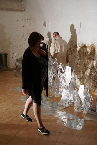 Durchleuchtende Bruchstellen, 2017,  begehbare Installation, Spiegelfolie, Strahler, Nylonfäden.