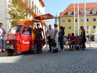 Foto (Ralf Mützel): Das Faire Café Mobil des Eine Welt Ladens Neumarkt war wieder während der Fairen Woche 2018 im Einsatz.