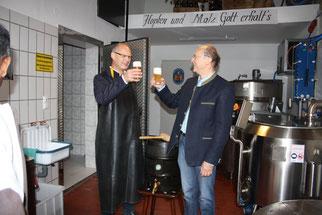 Bürgermeister Ludwig Lang und Braumeister Georg Rammelmeier beim Anstoßen. Fotos: Maria Rammelmeier, 2017