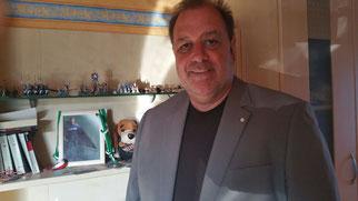 Dieter Jantz im Zimmer seines Sohnes, für den er seinen Lichtpunkt trägt.