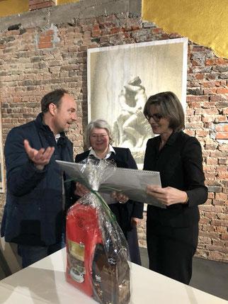 Matthias Losacker und Doris Hagel überreichen Frau Prof. Dr. Stollberg-Rilinger ein Präsent zur Erinnerung an Weilburg. Foto mit freundlicher Genehmigung  von Antje Helbig/Rosenhang Museum