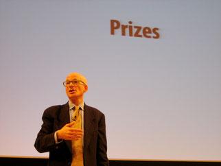 Seth Godin, US-amerikanischer Autor und Unternehmer, vor weißem Hintergrund bei einer Präsentation