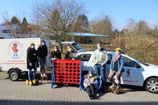 Angehende Erzieher und Erzieherinnen mit dem Gespann des Spielmobils - das Foto entstand während des Kompakttages 2021 - Foto: SJR