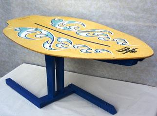 """Upcycling-Tisch aus einem Surfbrett angeboten auf dem auf dem Online-Marktplatz """"just different""""."""