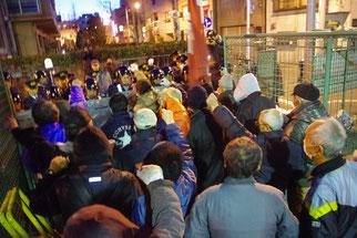 ワッショイデモで警察と対峙する山谷労働者(玉姫公園)