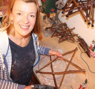 Ina Bartels-Hafner, von - Sterne überall - aus Hamburg-Bramfeld, arbeitet in ihrer Werkstatt und hat ein Sternen Gerüst in der Hand.