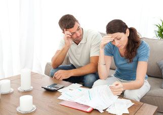 Bild Mann und Frau beim durchblättern von Unterlagen