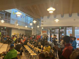 Adventsstimmung in der Pausenhalle der Wallschule nach dem Lauf.