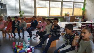 Gemeinsames Zähne putzen in der Klasse 2a