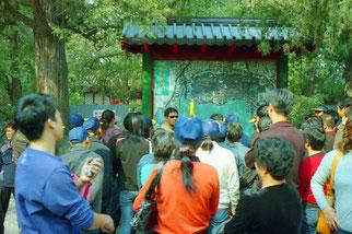 Schulklassen werden über den kaiserlichen Garten informiert