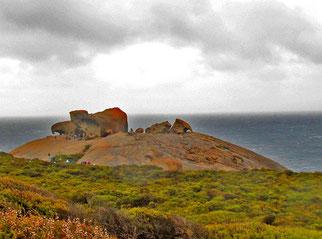 ein rostroter Granit-Hügel mit interessant geformten Fels-Brüchen
