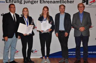 Vlnr: Matthias Hansen (Vorsitzender sjsh), Anna Bejeuhr, Leontine Jacobsen, Rasmus Andresen (Vizepräsident des Landtages S.-H.), Hans-Jakob Tiessen (Präsident des LSV).