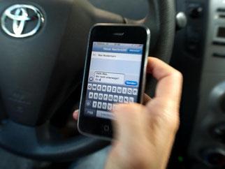 Lebensgefahr - vor allem für die Menschen, auf die ein solcher Fahrer zufährt, ohne irgendetwas außer seinem Handy wahrzunehmen. Foto: Arno Burgi/Archiv