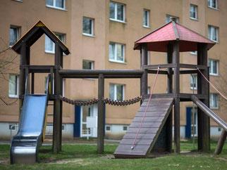 Kinderspielplatz im Schweriner Neubaugebiet Zippendorf. Foto: Jens Büttner/Archiv