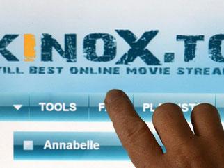 Bei Portalen wie Kinox.to werden die Filme nicht zum Herunterladen angeboten, sondern als sogenannte Streams direkt aus dem Internet abgespielt. Solche Angebote liegen für Nutzer in einer rechtlichen Grauzone. Foto: Matthias Hiekel