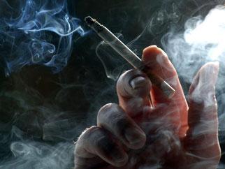 «Sind Sie Raucher?» Stellt die Versicherung diese Frage, muss sie ehrlich beantwortet werden. Foto: Kay Nietfeld