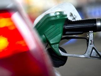 Die billigen Kraftstoffe haben in den vergangenen Monaten die Geldbeutel der Autobesitzer entlastet. Als Folge wurde mehr getankt. Foto: Arno Burgi