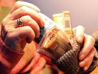 Das Geld in den Sparstrumf stecken, ist selten eine gute Idee. Wer seine Ersparnisse geschickt anlegt, kann damit seine Rente aufbessern. Foto: Bodo Marks