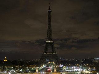 Der Eiffelturm in Finsternis getaucht. Foto: Etienne Laurent