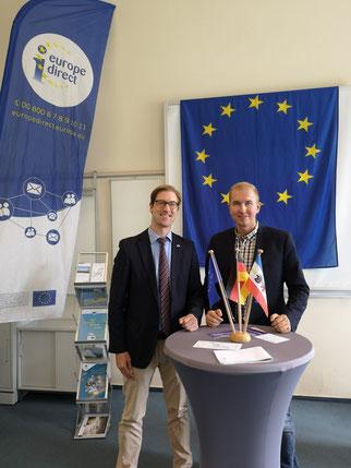 Jascha Dopp, Referatsleiter der Europaabteilung im Ministerium für Inneres und Europa M-V, und Tom Brüggert, 1. stellv. Fraktionsvorsitzender (v.l.)