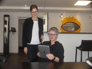 Kerstin Berthold und Svenja Manewaldt bei der Messung für das Nahsehverhalten