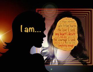 Une femme face à son reflet avec des mots remplissant son visage