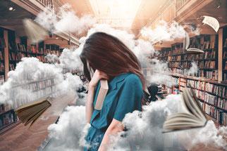 Femme stressée dans une bibliothèque, entourée de brouillard autour de la tête