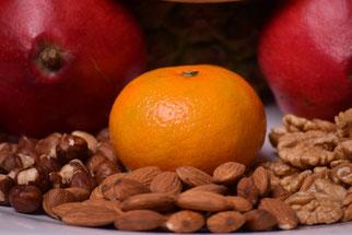 Assiette colorée avec fruits et oléagineux de saison