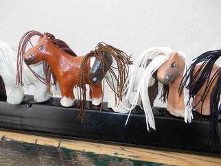 Magnet-Pferde in Reih und Glied